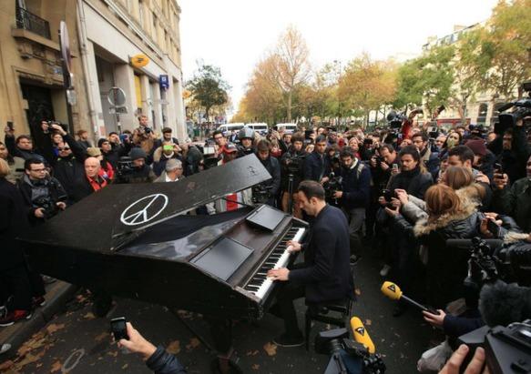 Pariz, javno izvođenje pesme Imagine Džna Lenona, pre napada. Foto: 7sur7.be